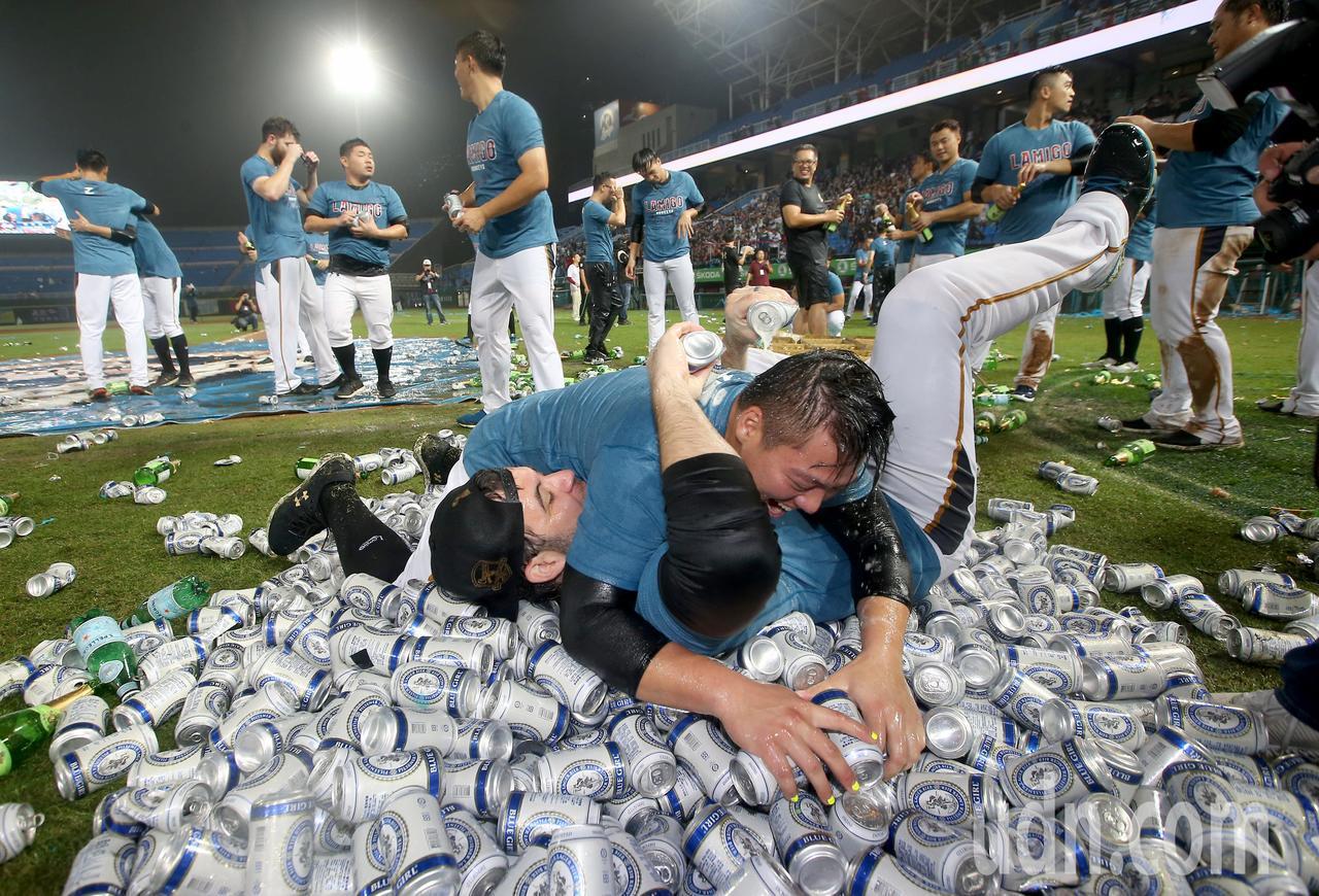 Lamigo桃猿完成二連霸,球員在場中噴香檳與啤酒慶祝。記者余承翰/攝影