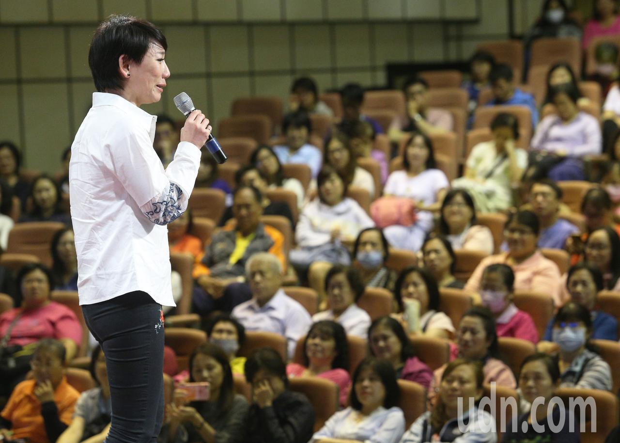 表演藝術工作者郎祖筠到高雄長青服務中心進行「人生下半場、你想怎麼過」演說,帶領全...