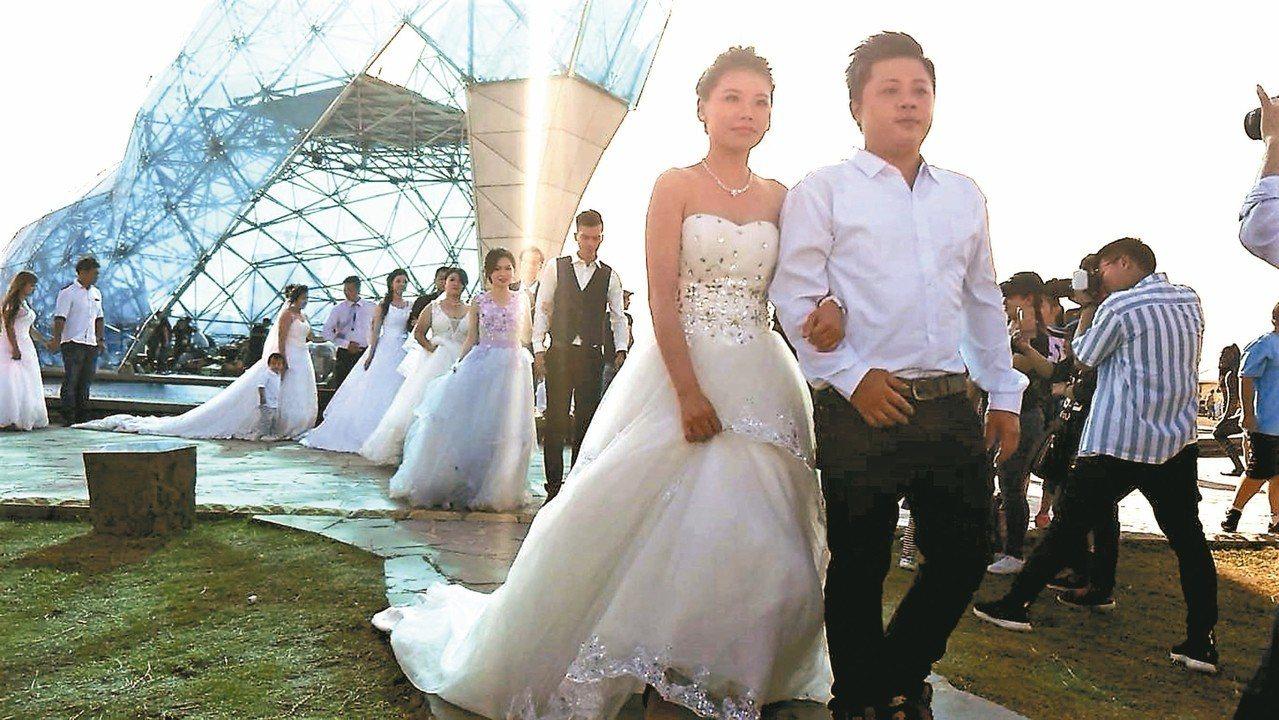 10對新人昨天穿著浪漫婚紗、禮服,參加布袋高跟鞋教堂婚禮體驗。 記者卜敏正/攝影