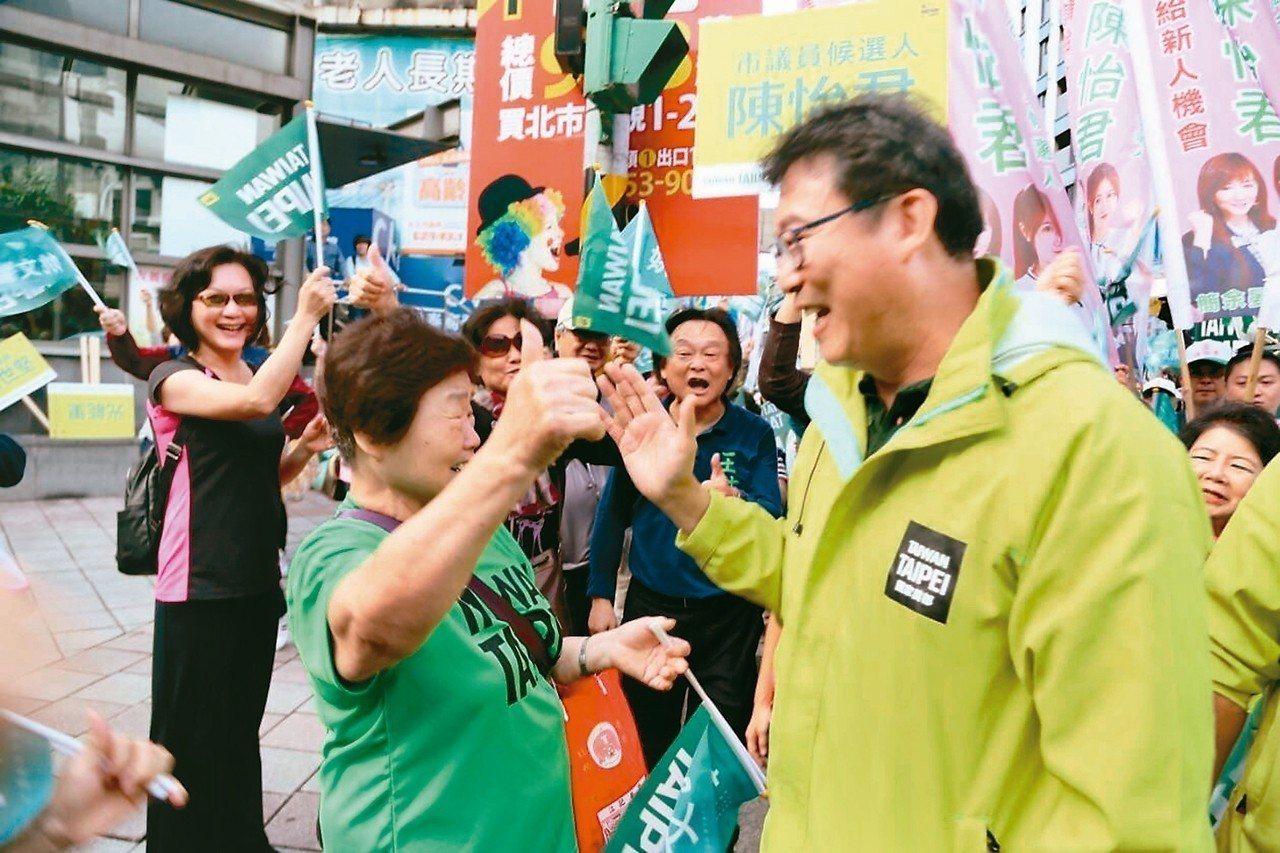 姚文智昨舉辦「skyline手牽手」活動,意外看到媽媽站在群眾之中,驚喜地與媽媽...