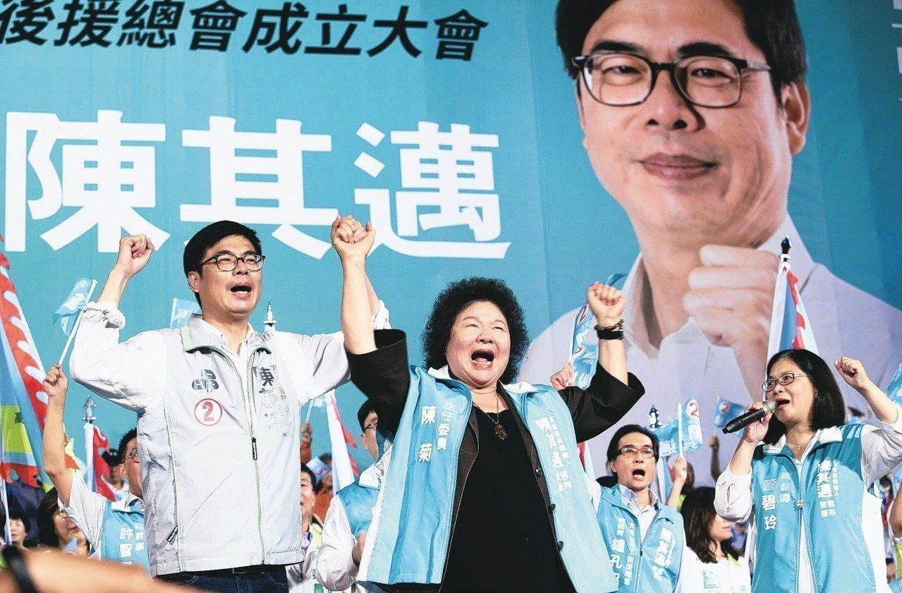 民進黨高雄市長候選人陳其邁(左)昨晚舉行勞工後援造勢晚會,宣布將辭去不分區立委,...