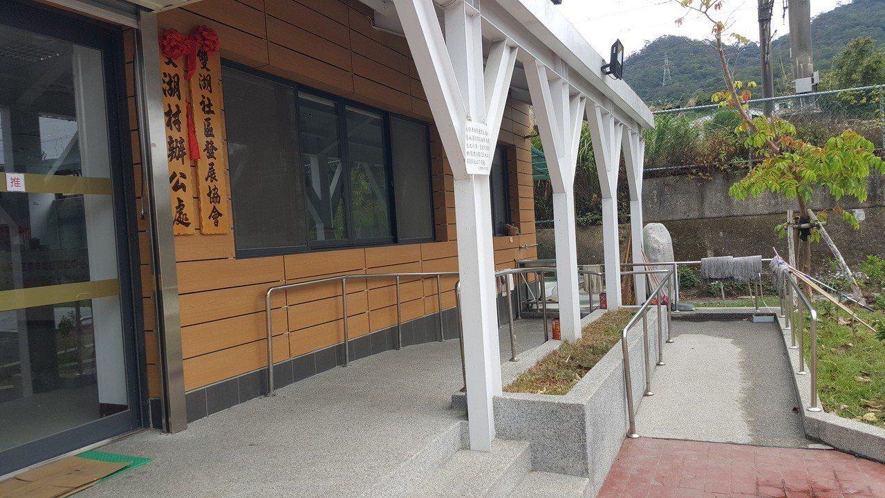 苗栗縣三義鄉雙湖社區活動中心是新建築,設計時已設有斜坡道,符合投開票所的無障礙設...