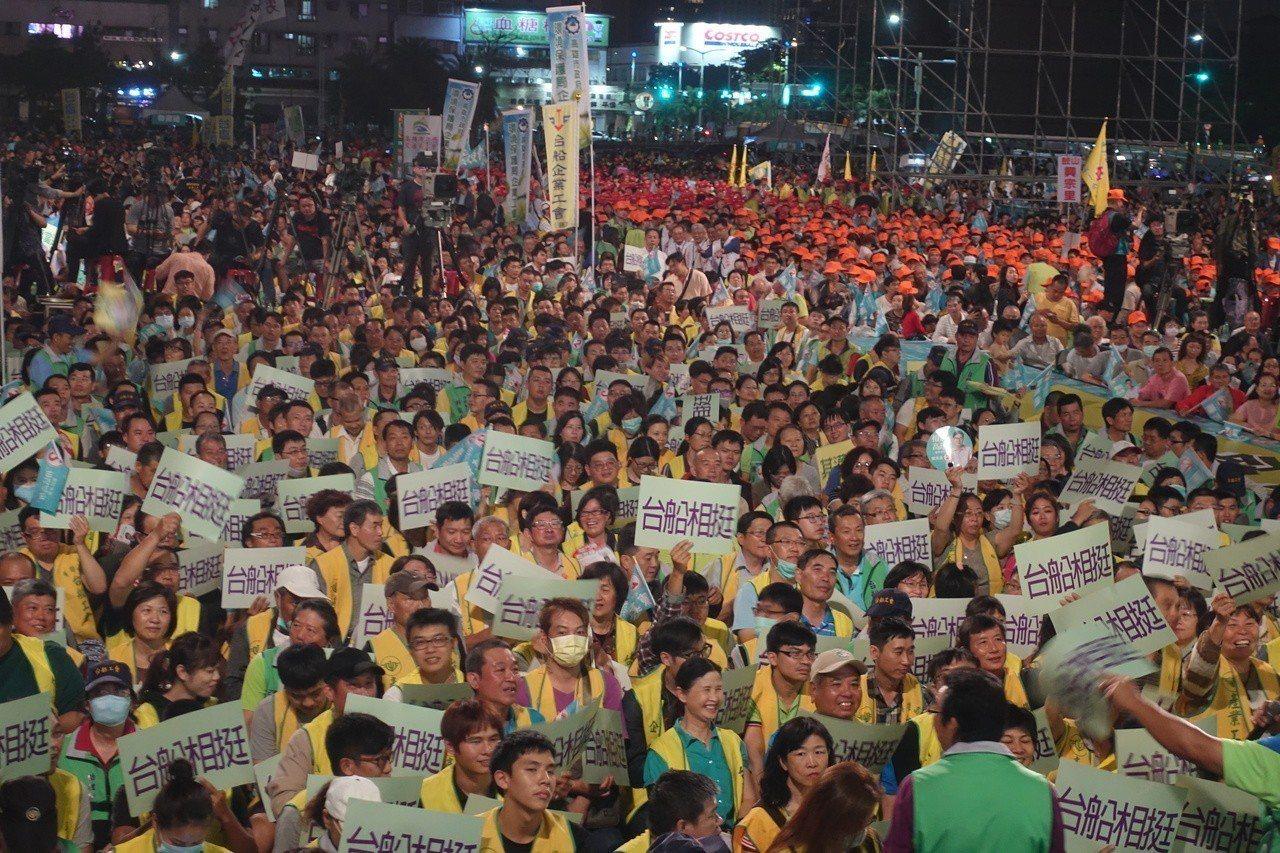 民進黨高市長候選人陳其邁昨晚在夢時代旁舉行勞動者之夜,現場湧進超過兩萬名支持者。...