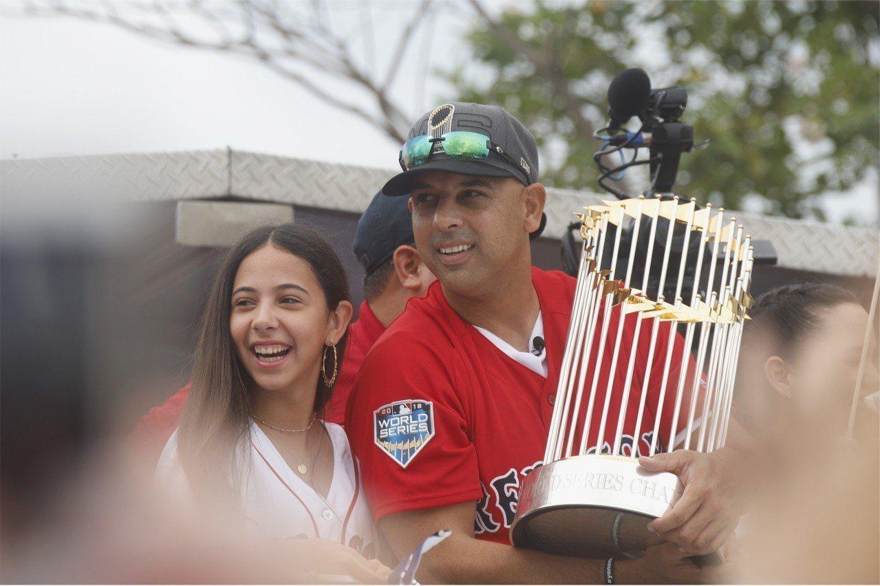 柯拉與女兒帶著冠軍盃回家波多黎各。 歐新社