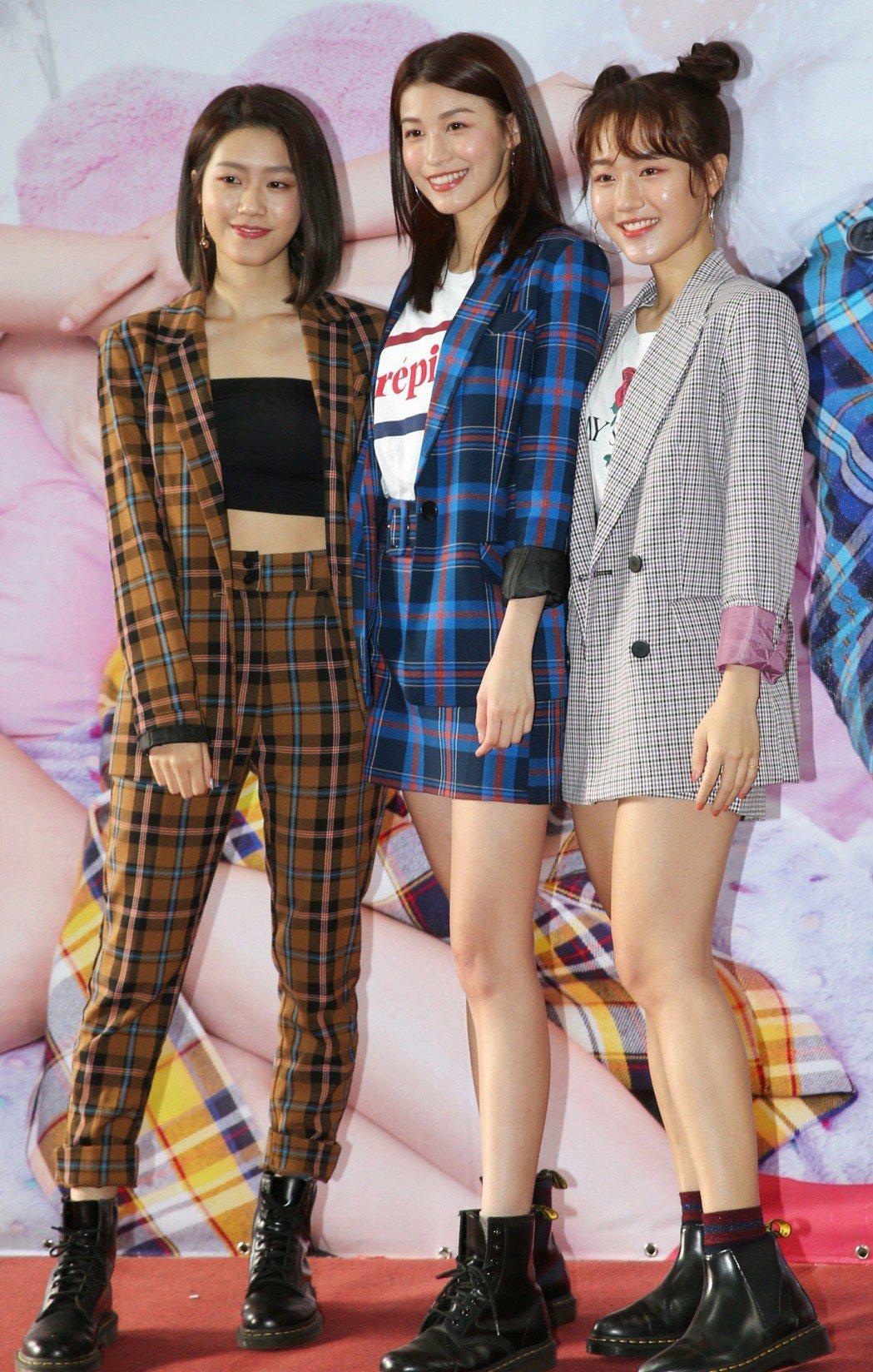 由Tina亭蘭(左起)、Fion孫睿及Una妤涵3位女孩組成的「ALL-RANG...