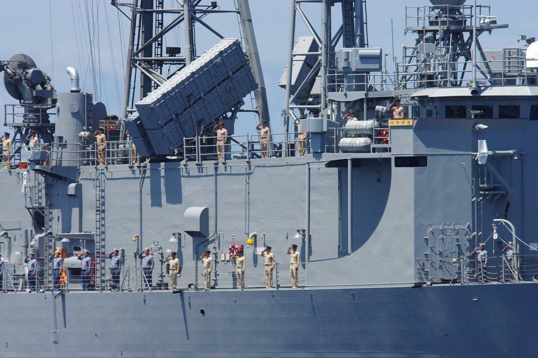 成功級船體上層結構頂部,裝有八枚向側面發射的雄風攻船飛彈:發射箱較大的是三型、較...