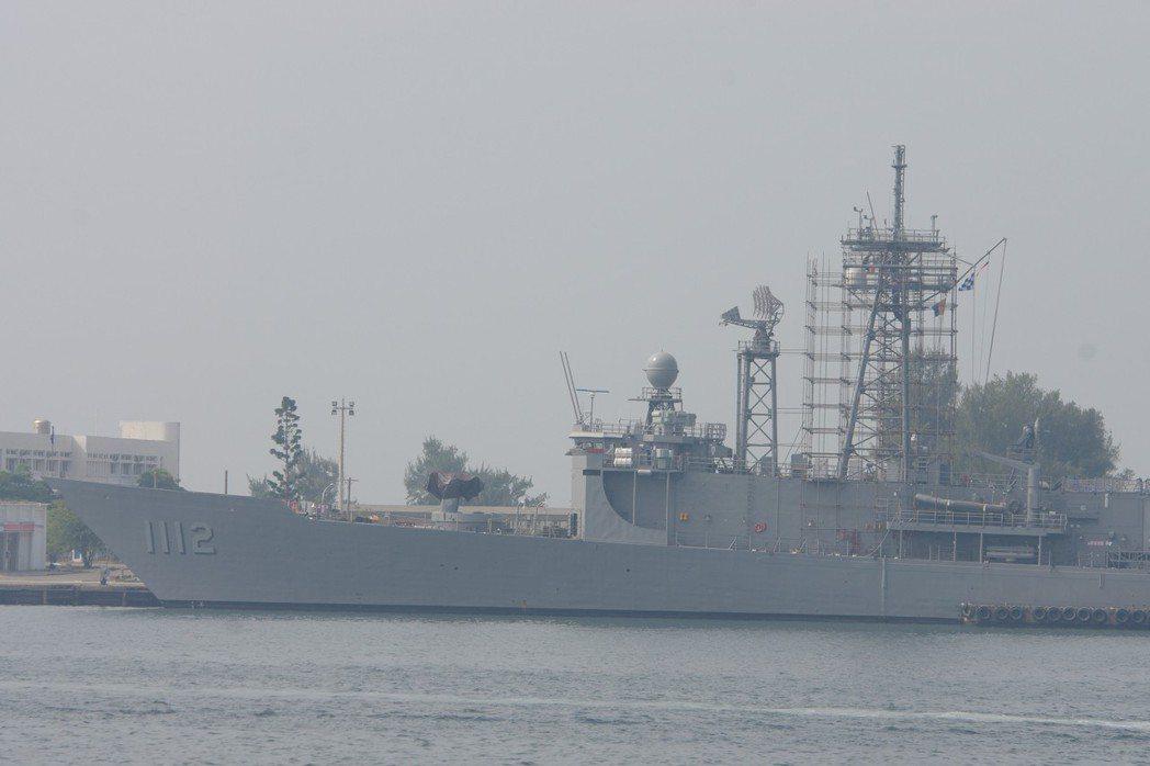 今年一月底,停靠於左營軍港的銘傳艦,桅杆上還搭著修理用的鷹架,也沒有雄風飛彈發射...