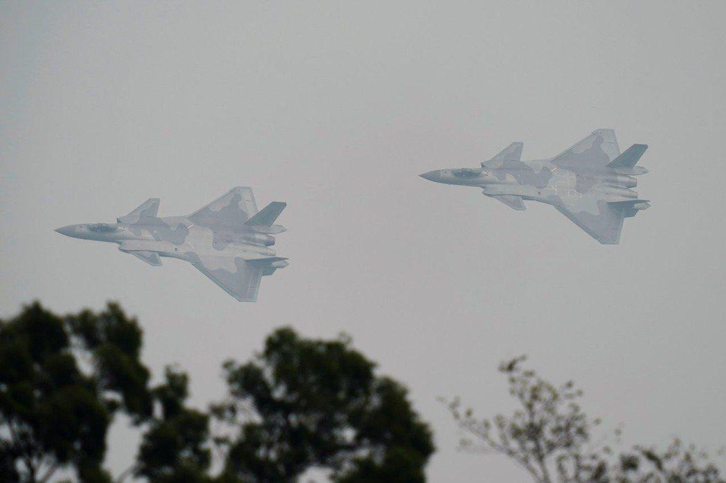 殲-20上周六下午在珠海航展前進行最後一次試飛,在被軍事迷捕捉到的影像中,最受矚...