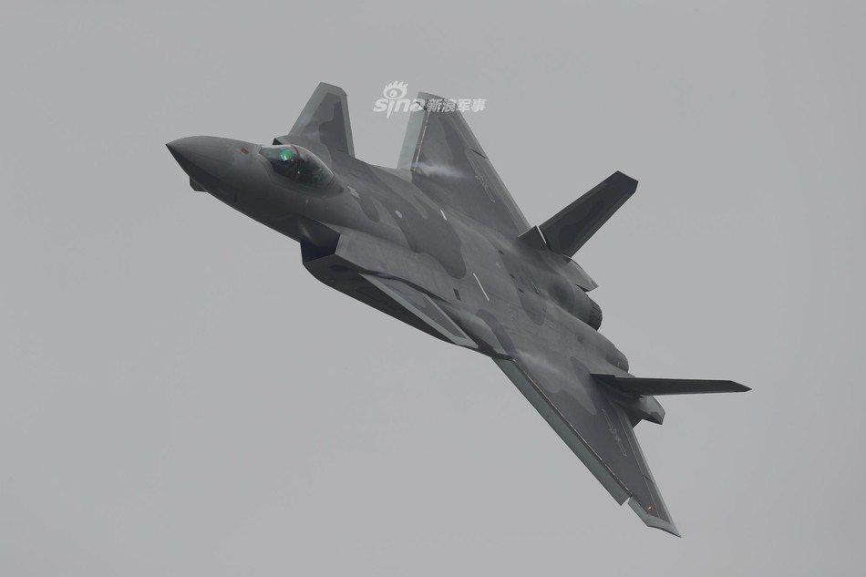 殲-20戰機3日下午突然亮相珠海金灣機場上空。圖/取自新浪軍事