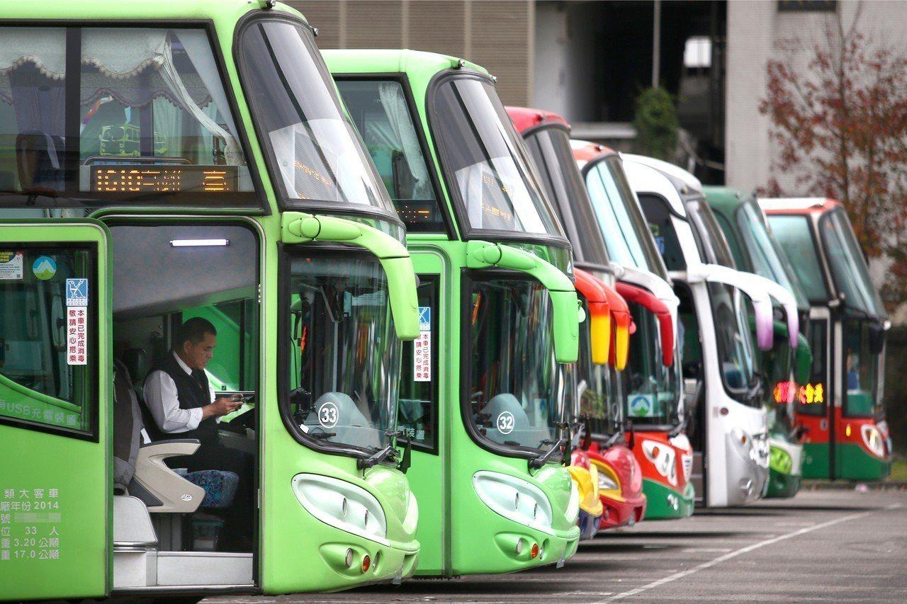 交通部統計顯示,遊覽車業者生意難做,遊覽車輛數10年來首度減少,駕駛月收入也減少...
