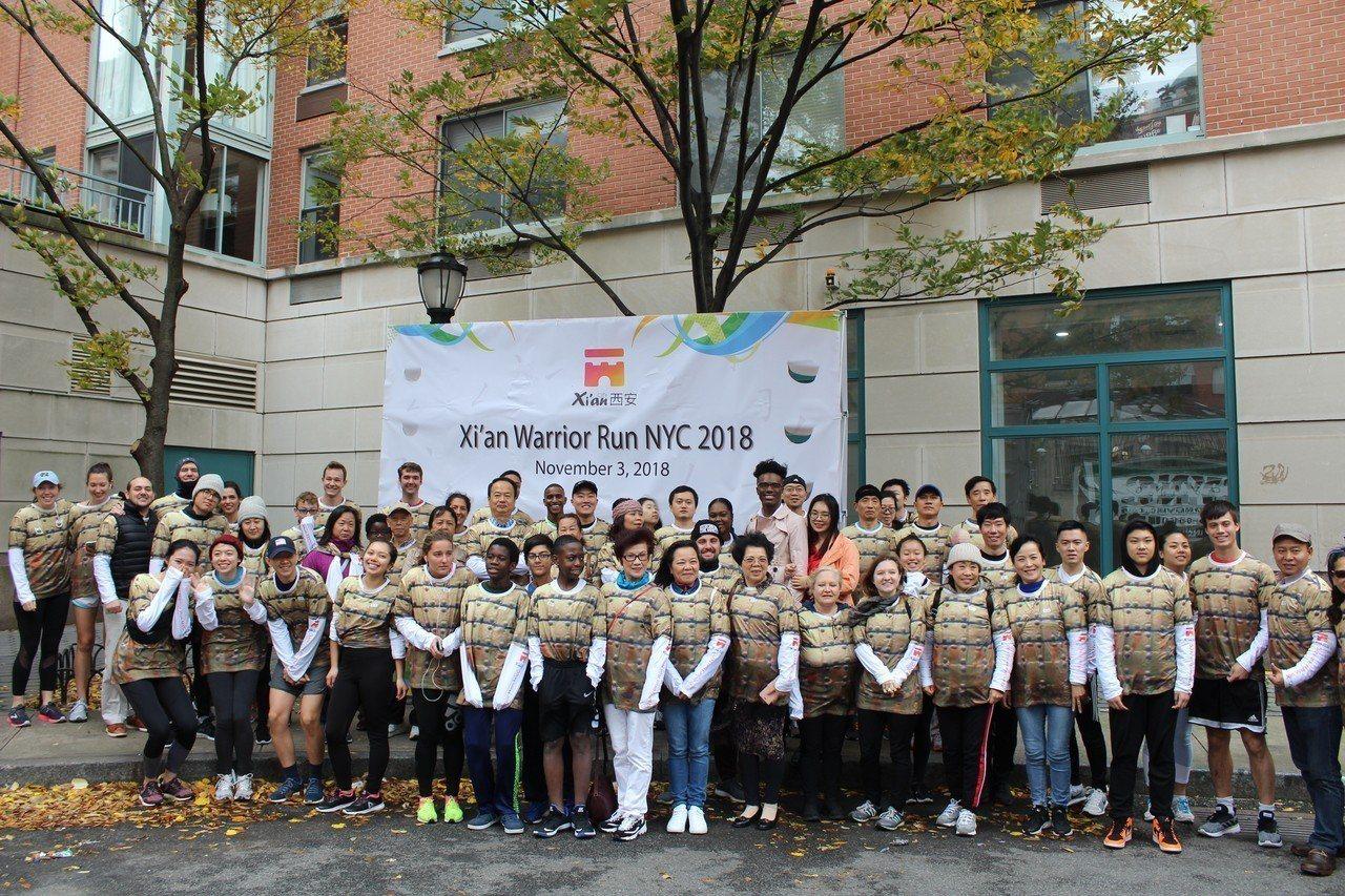 西安兵馬俑跑紐約馬拉松,200位民眾扮演「兵馬俑」活力展現西安文化。 記者張筠╱...