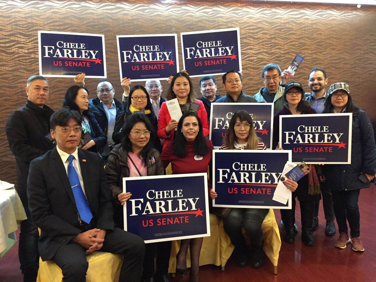 蕭法莉(前排中)現身8大道拜票,承諾當選只任兩屆。 記者顏潔恩╱攝影