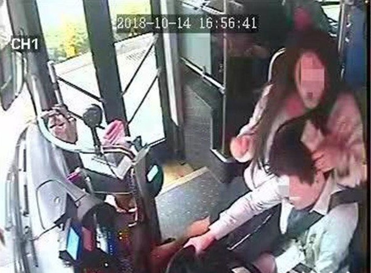 女子搶奪公車方向盤,還坐到司機身上拉扯。 圖擷自MMWAP