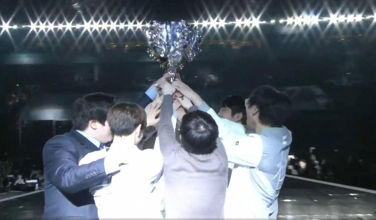 LPL首座獎杯將提升電競行業迅猛發展。 圖擷自北京新浪網