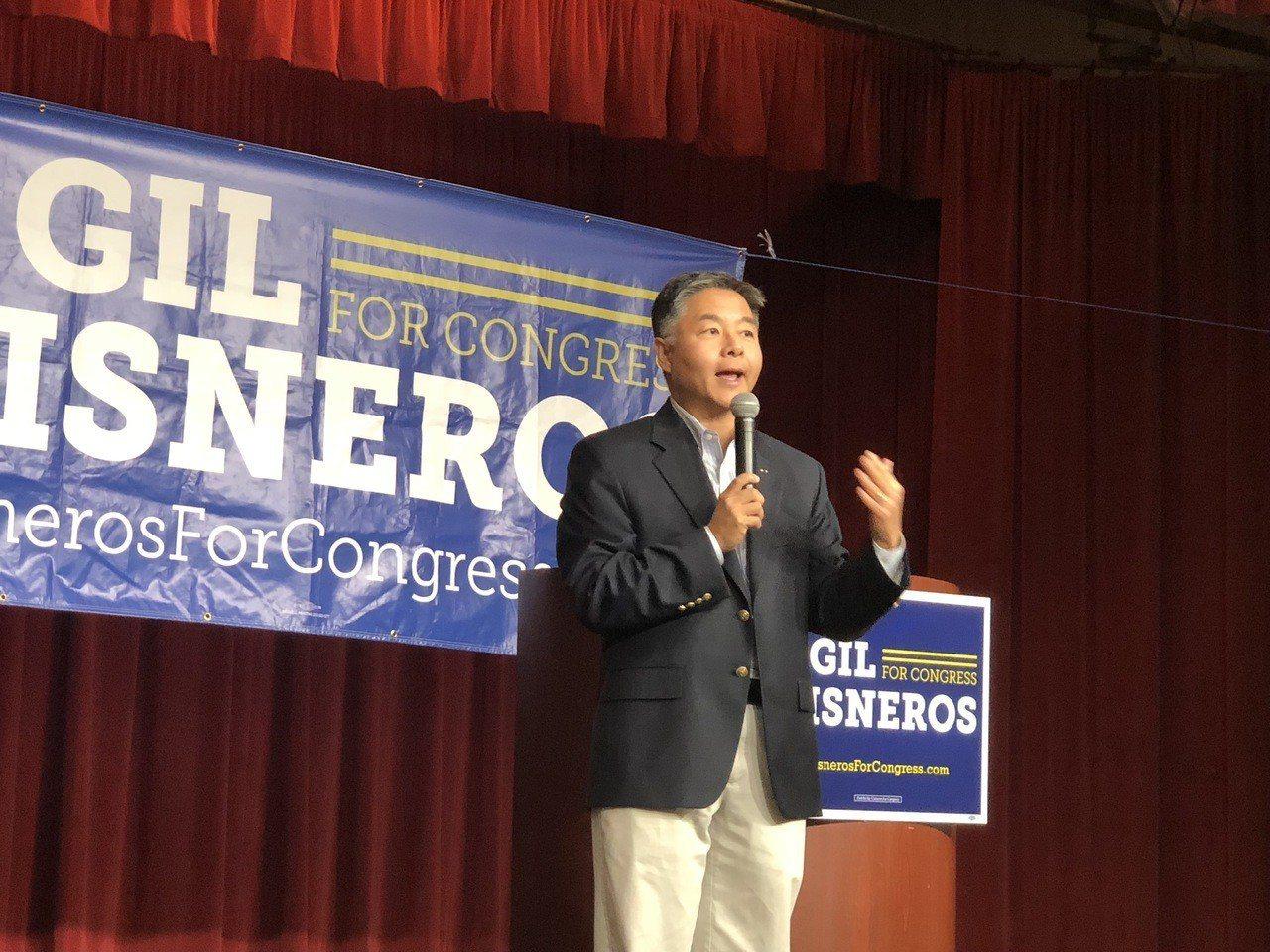劉雲平表示,民主黨的勝利不但體現在傳統上的藍色州,傳統的紅色州也在變藍。 記者張...