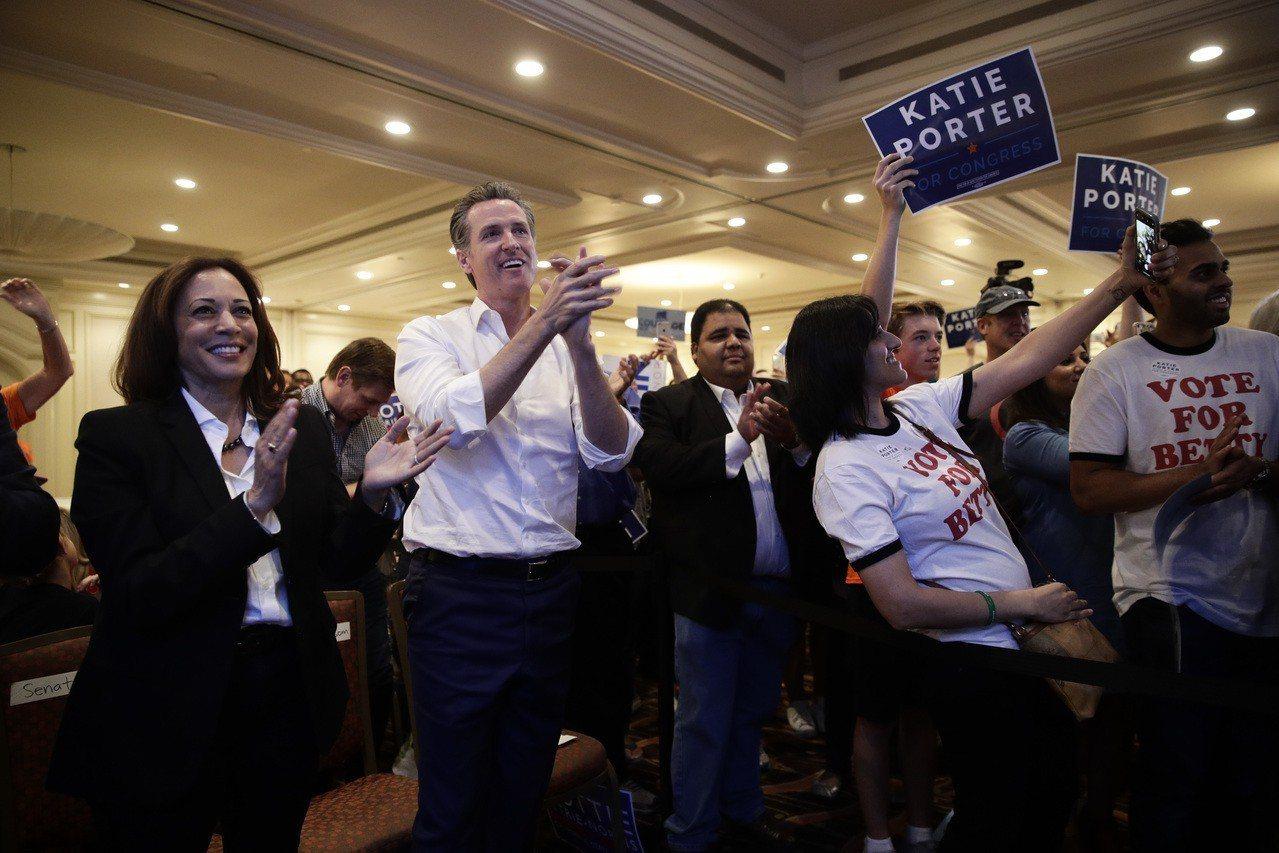 紐森上台呼籲民眾向川普政策發出「我們拒收」的訊息,引起熱烈歡呼。 美聯社