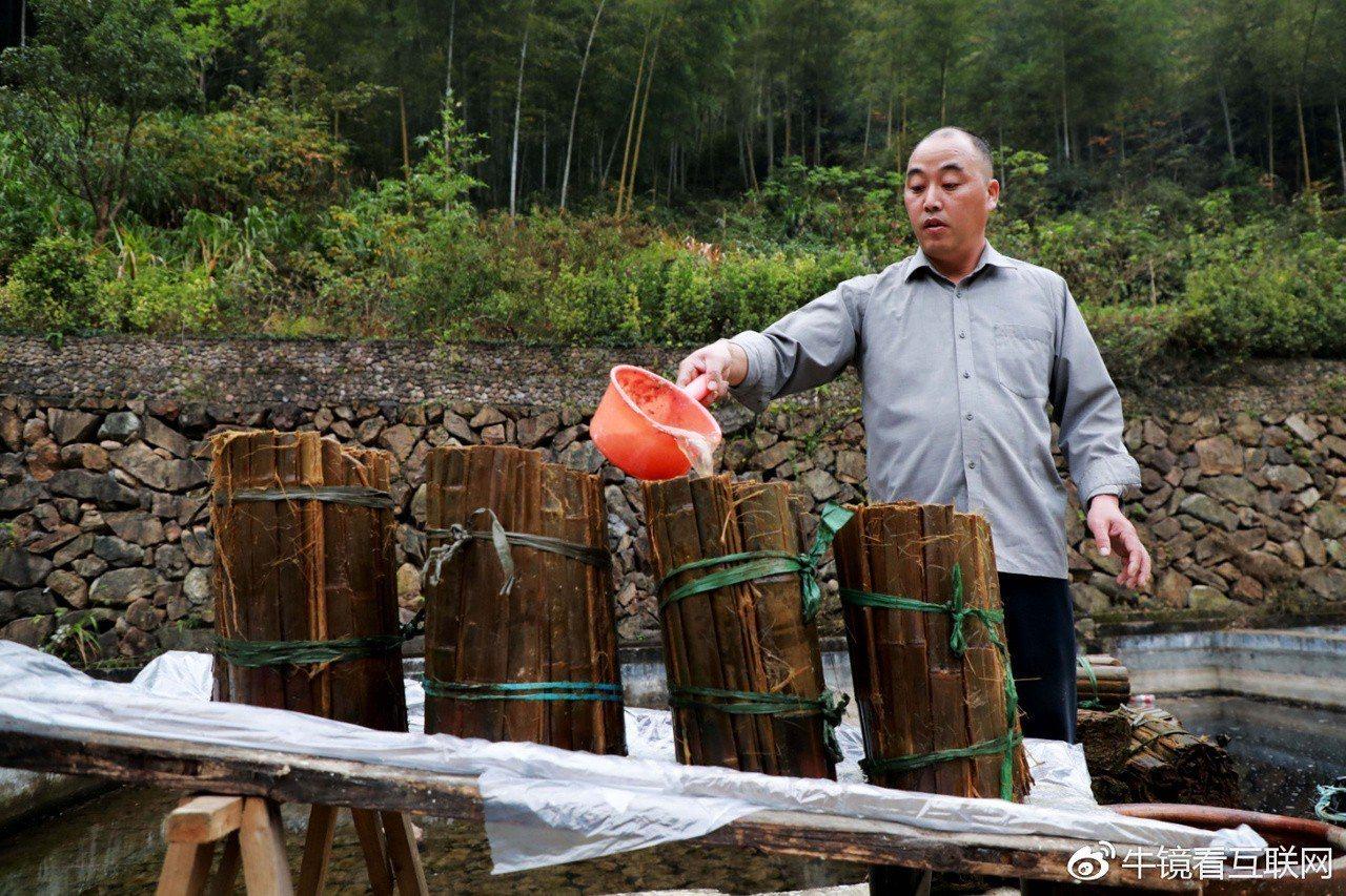 非遺傳承人李文德提著水桶來到村裡的小學收集童子尿。 圖翻攝微博