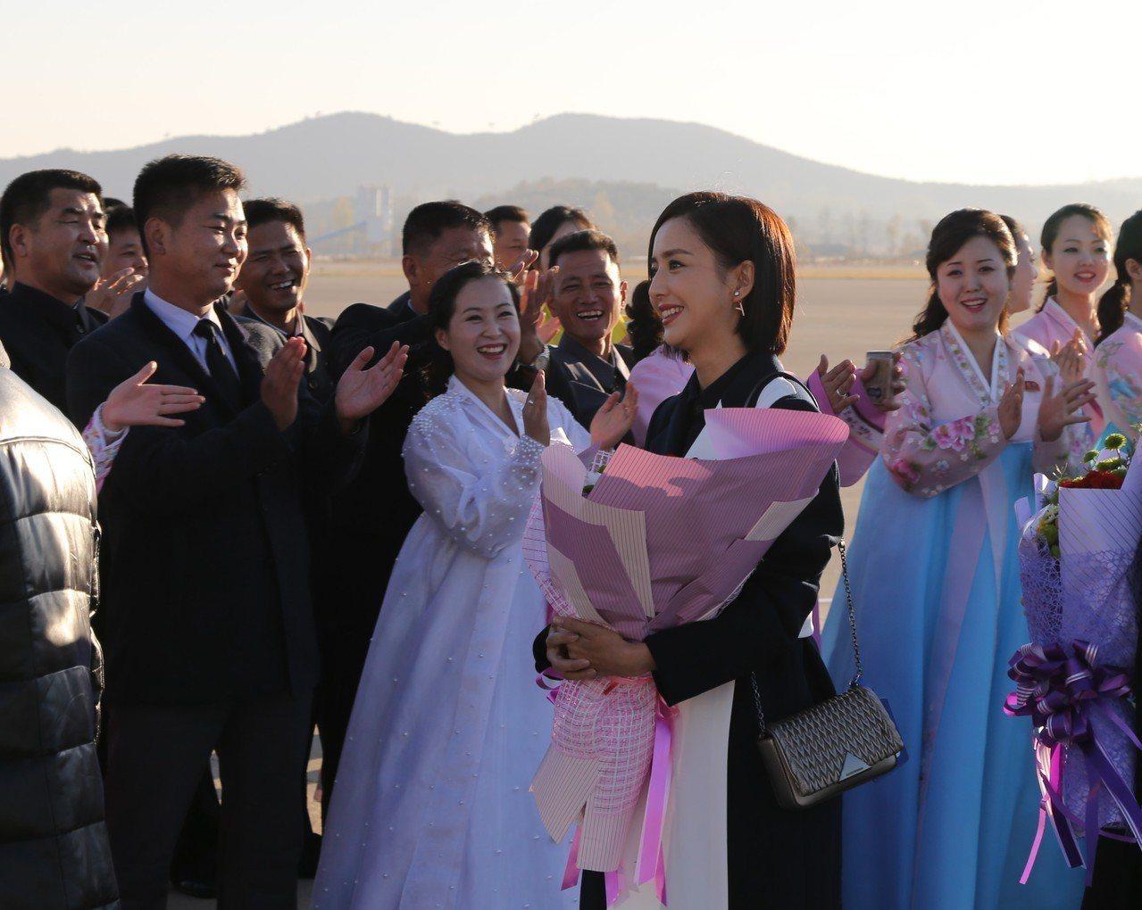 中國文藝工作者代表團訪問朝鮮,金正恩觀看表演。 新華社