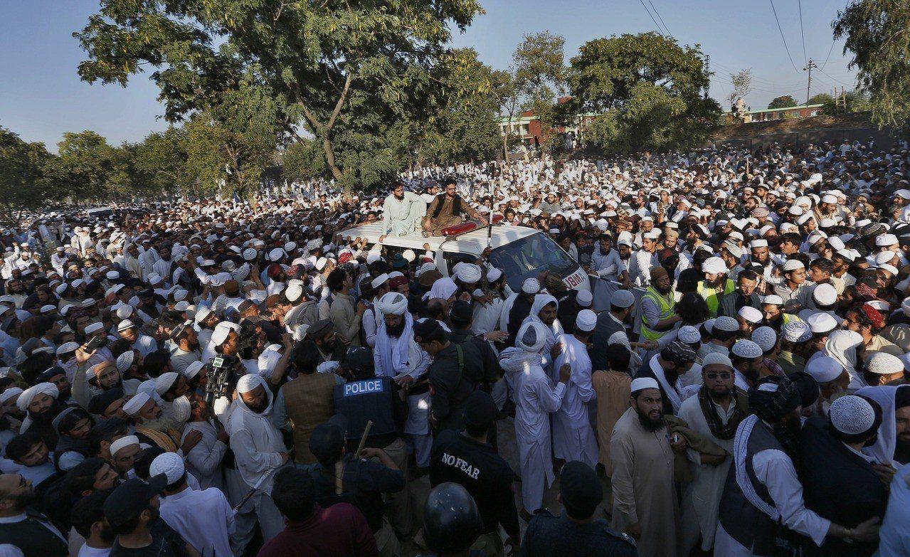 巴基斯坦著名穆斯林教士哈克(Maulana Samiul Haq)2日遇襲身亡,...