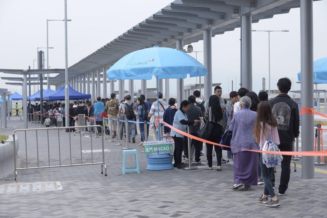 港珠澳橋人流破紀錄,團客回航改坐船。 香港中國通訊社