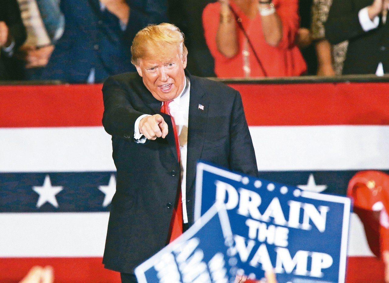 美國6日舉行期中選舉,兩黨勝負難料讓選民很焦慮。圖為美國總統川普3日在佛州為候選...