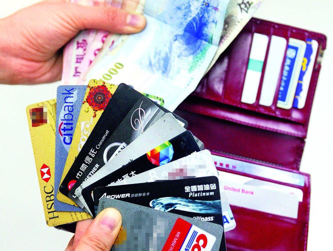 對於許久未用的信用卡呆卡,有些銀行不會直接採取鐵腕措施通知停卡,而是採委婉的方式...
