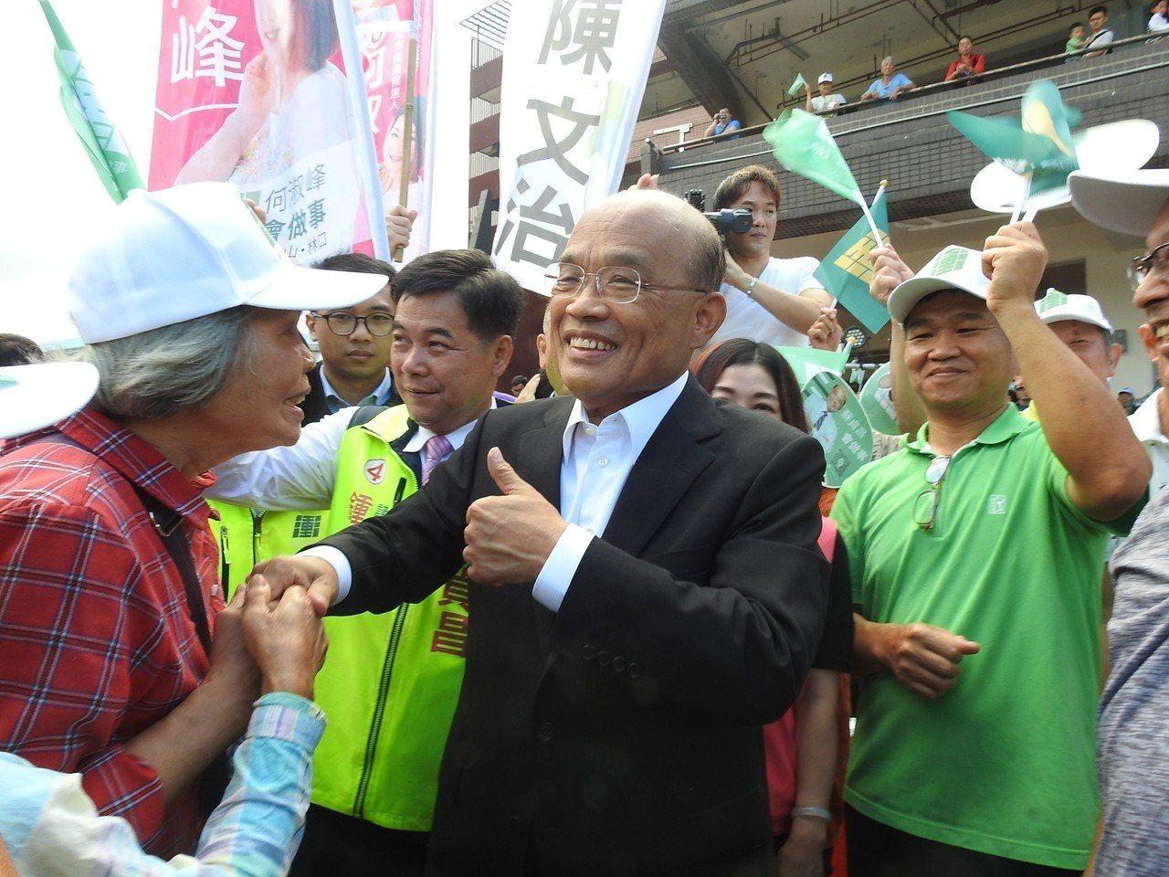 民進黨新北市長參選人蘇貞昌(中)4日一早持續從掃市場開始,下午還有一連串行程。 ...