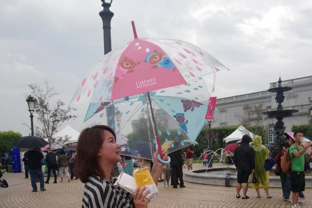 奇美博物館園區近日湧入大量抓寶人潮,前兩天台南下了點雨,圖案可愛的奇美博物館雨傘...
