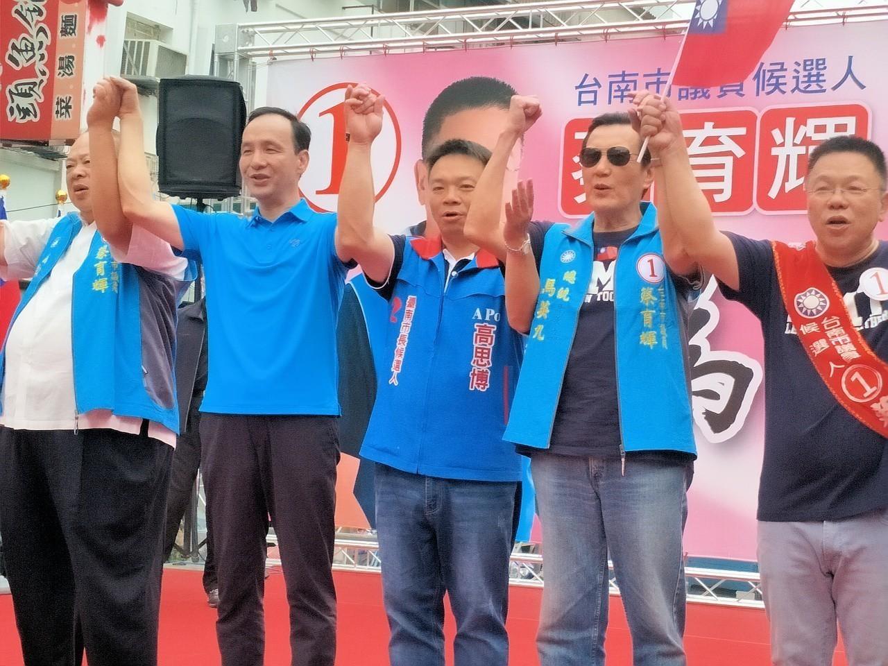 前總統馬英九(右二)、新北市長朱立倫(左二)同台出席蔡育輝(右一)、高思博(右三...