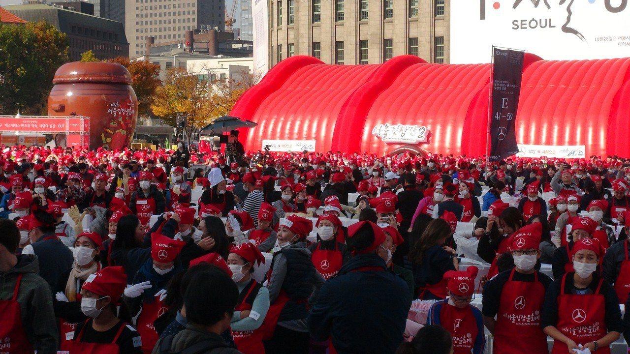 世界最大規模的泡菜慶典「第5屆首爾越冬泡菜文化節」在首爾廣場展開,3500多人共...