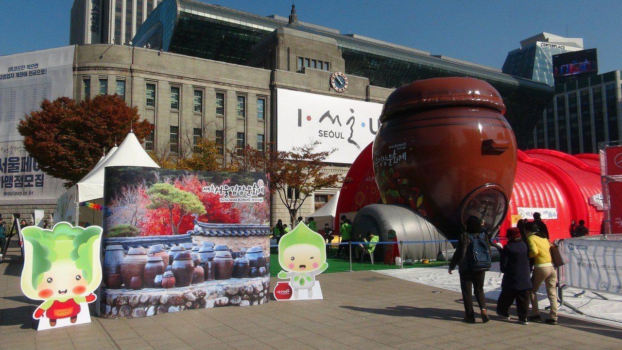 南韓泡菜慶典「第5屆首爾越冬泡菜文化節」在市府廣場前舉行,大型泡菜醃缸模型吸睛。...