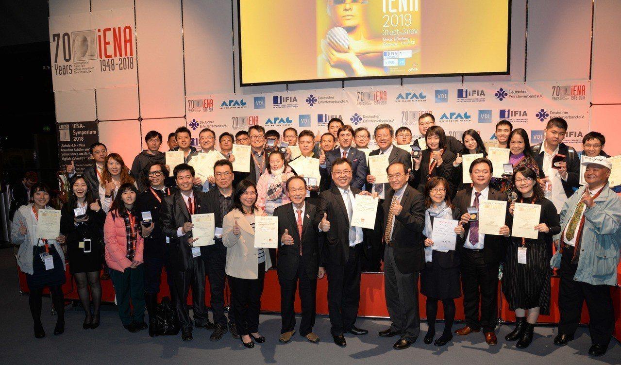中華民國代表團在德國紐倫堡國際發明展(iENA)獲得金牌13面、銀牌12面、銅牌...