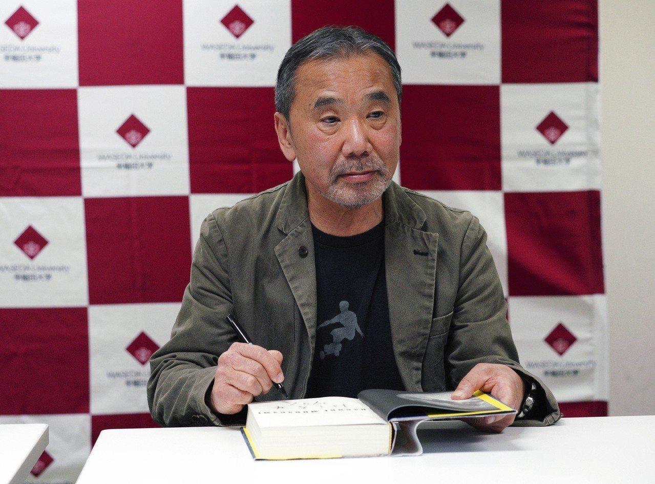 日本作家村上春樹今天出席在母校早稻田大學舉行的記者會。 美聯社