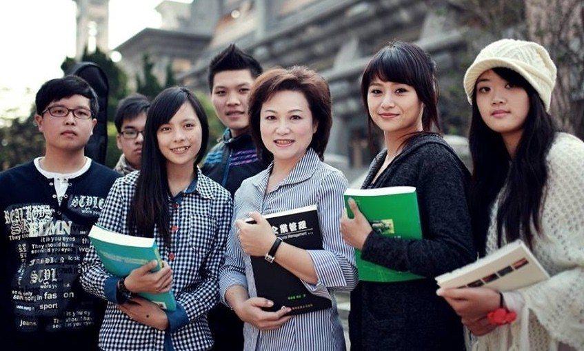 嘉義市議會議長蕭淑麗(中)提案支持「大學自主」,力挺管中閔依法就任台大校長。圖片...