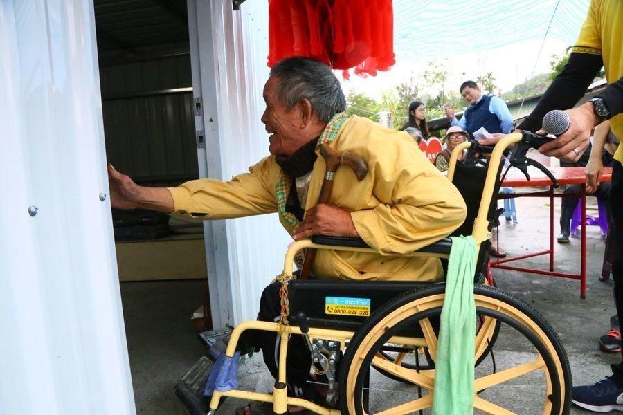 朱爺爺在社工協助下,歡喜地推開新居家門。圖片來源/台灣醒報