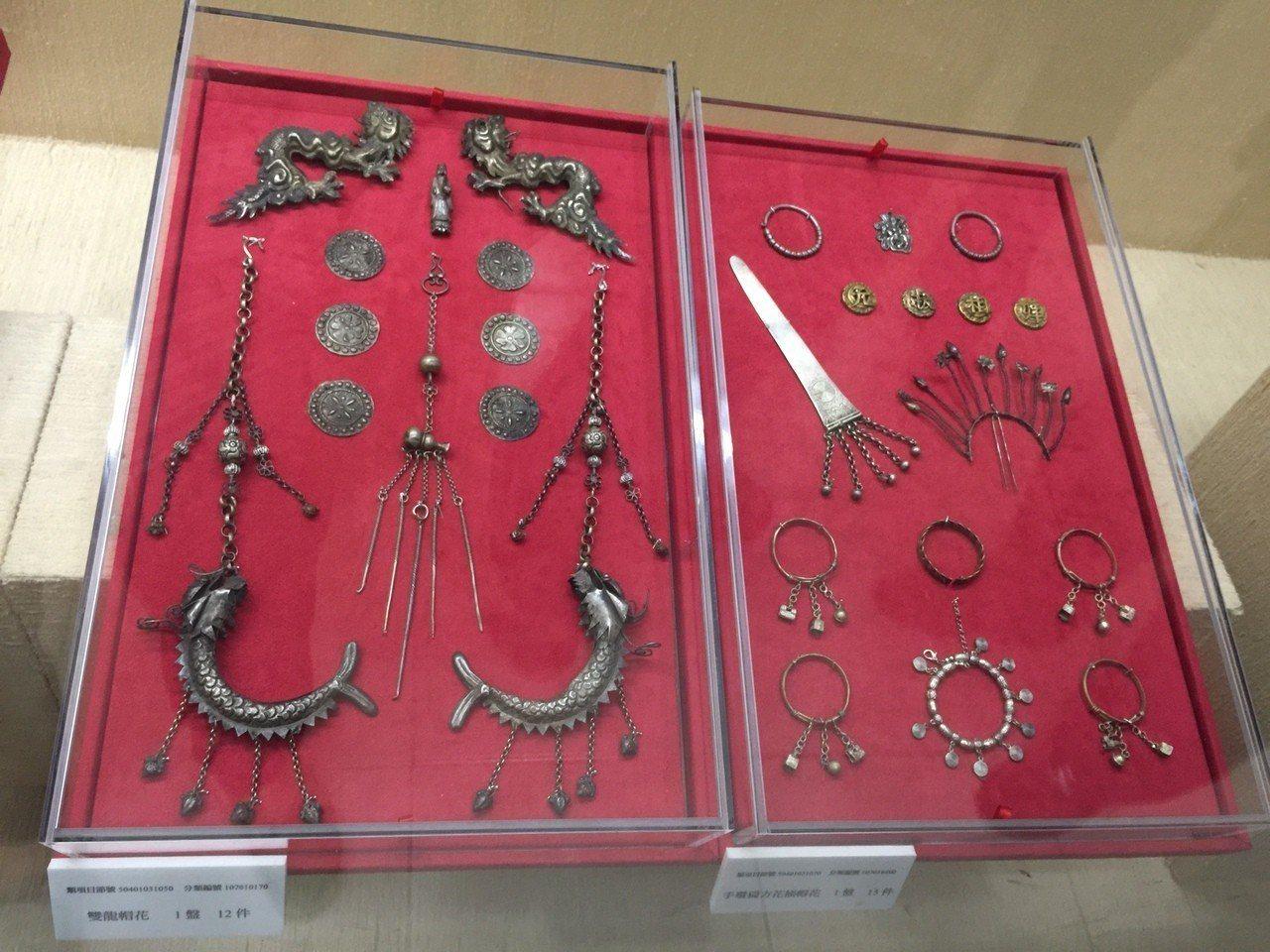 擔任中華文物學會理事長的王水衷昨捐贈金門縣文化局上千件珍貴銀飾,算是台閩一帶保存...