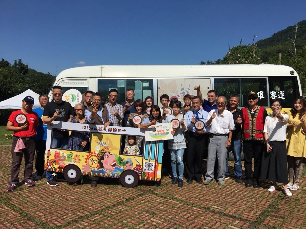 屏東縣政府推出的「185沿山觀光郵輪式巴士」昨天滿載首航,遊客直呼處處令人驚喜,...