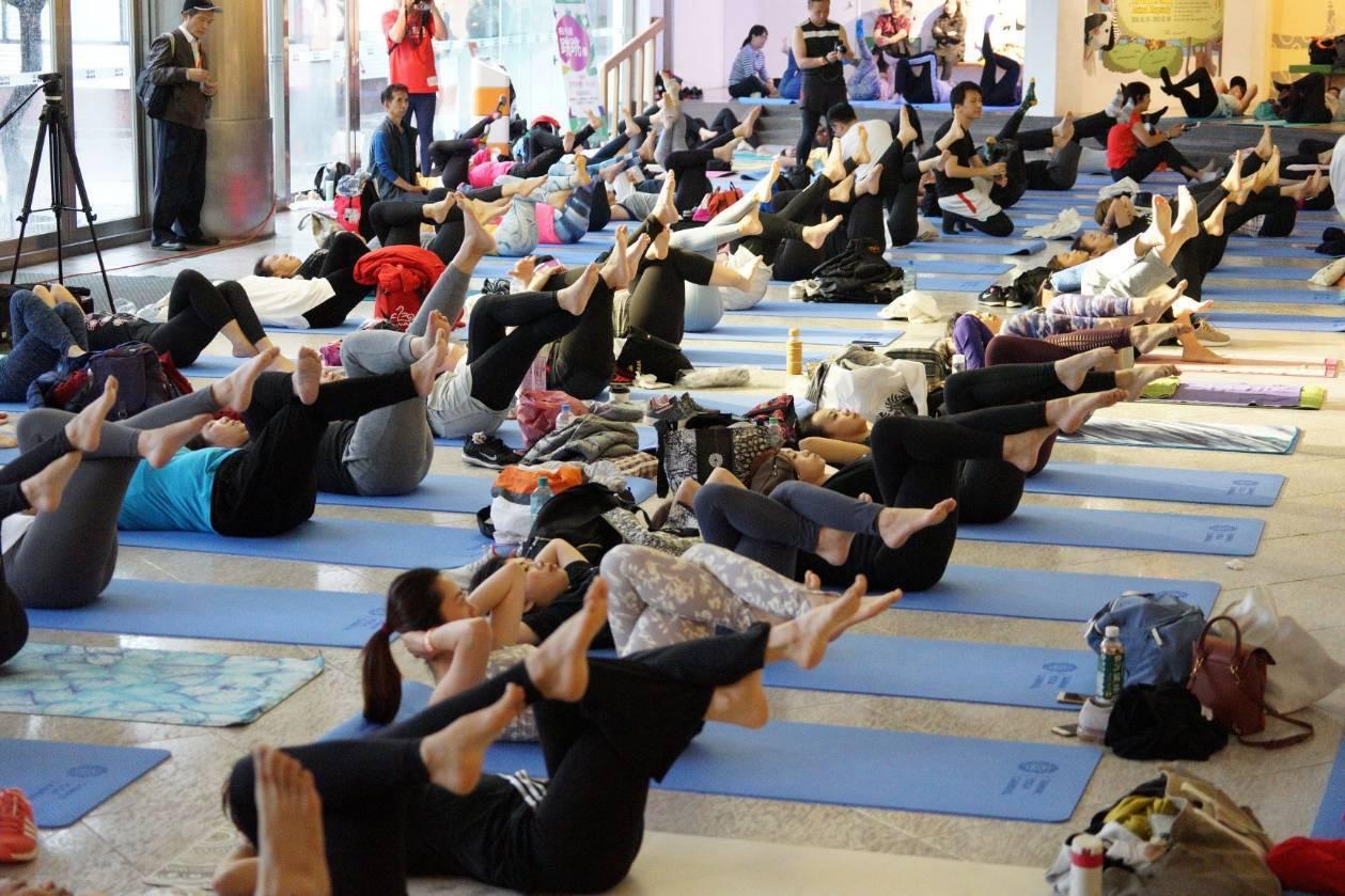 今天在新北市金山朱銘美術館有一場國際性戶外大型瑜珈活動,現場有超過600位來自港...