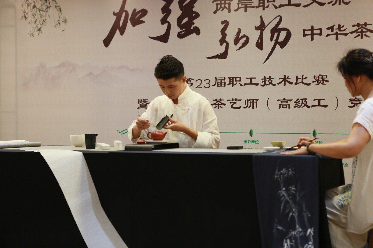 嘉義縣阿里山茶葉協會會長官建安去年帶10名年輕茶農,到大陸廈門參加兩岸茶藝師競賽...