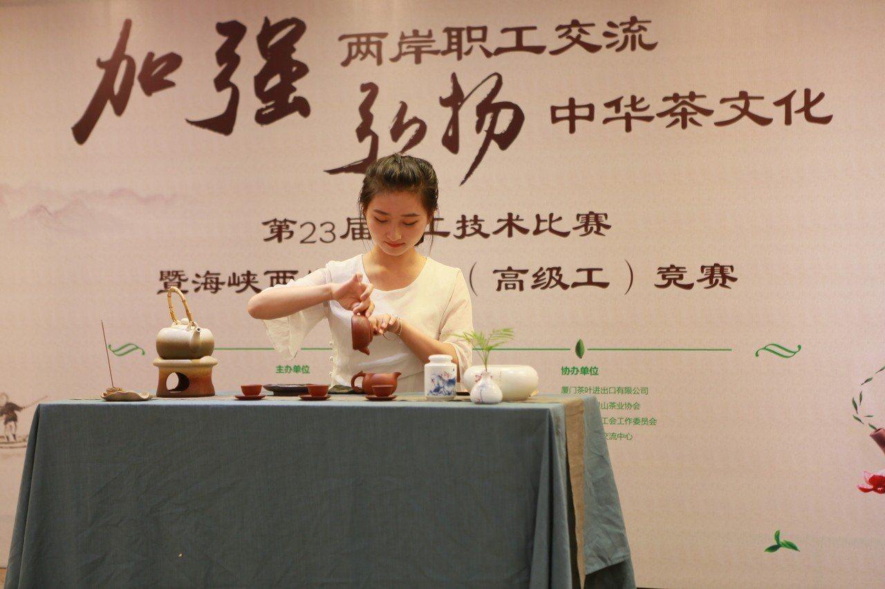 去年在大陸廈門舉辦的兩岸茶藝師競賽兼考證照情形。圖/官建安提供