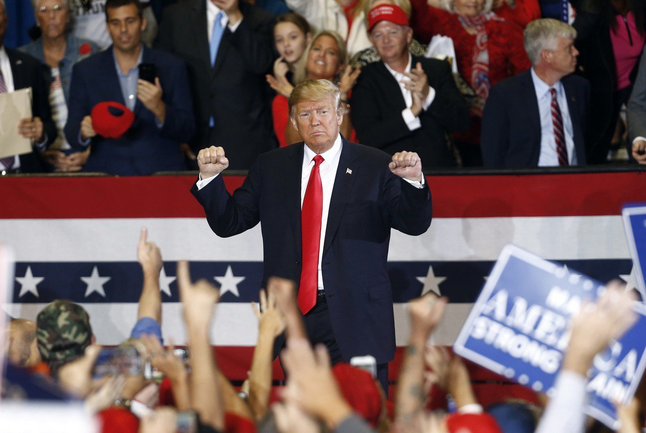 美國總統川普3日在佛州為共和黨候選人站台。美聯社
