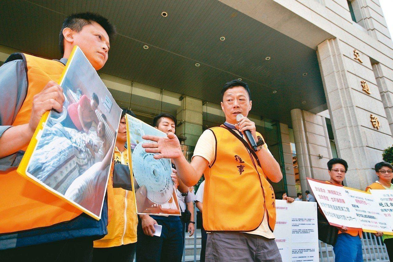 台灣汽車客運業產業工會10月初曾前往交通部,反對客運業放寬七休一。聯合報系資料照