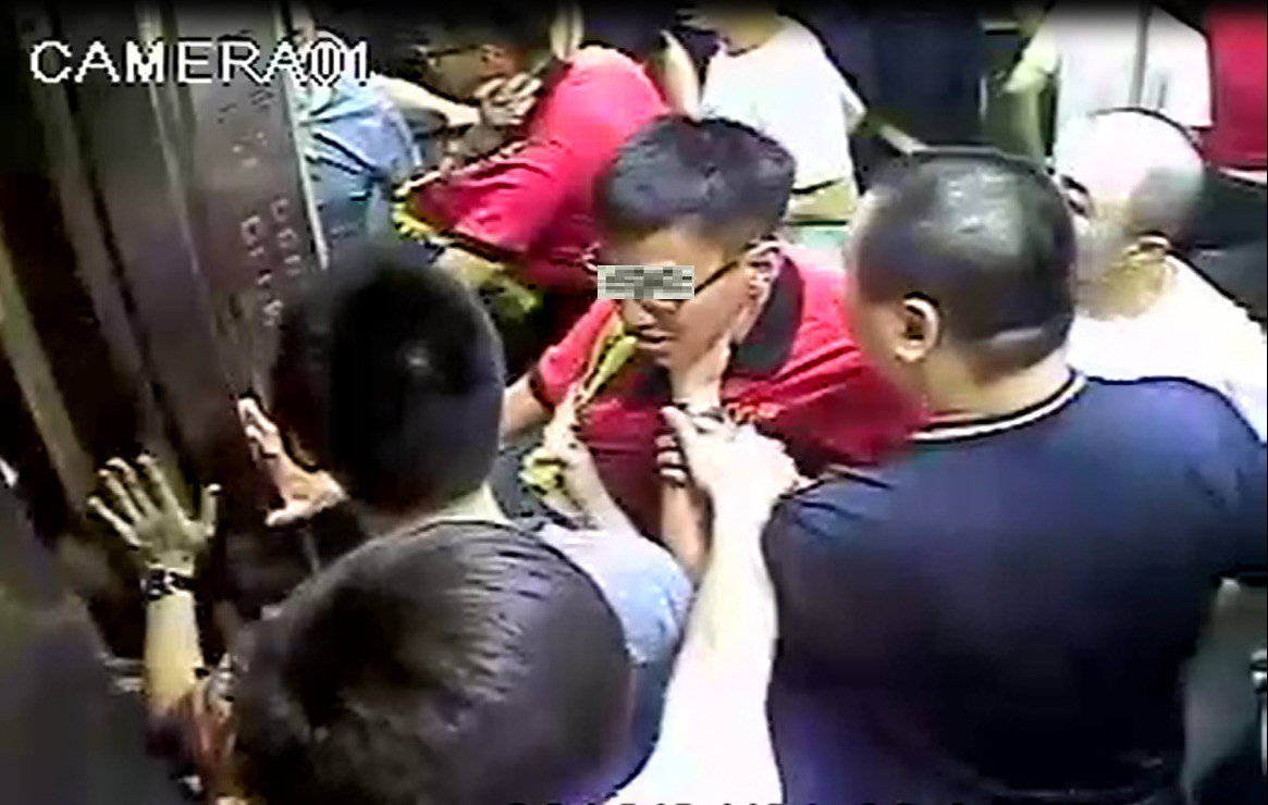 李姓副會長僅因江姓麥當勞外送員在電梯內瞄他一眼,就指使身旁6名小弟圍毆江,行徑囂...