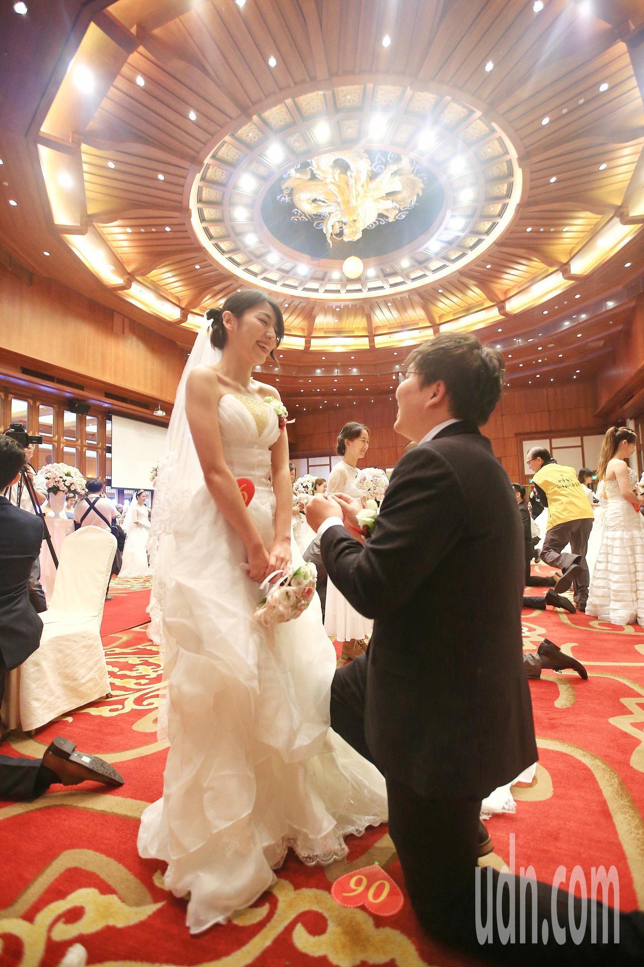 中華電信上午在圓山飯店舉行員眷集團婚禮,72對新人在親友團的祝福下,步入婚姻殿堂...