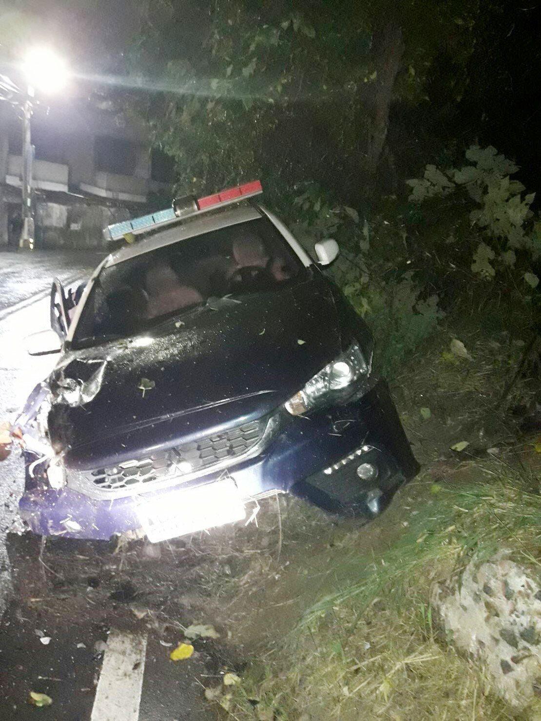蘆竹分局警員攔查一輛自小客車,遭嫌犯逼車衝撞警車撞上駁坡、右前方毀損(見圖),警...