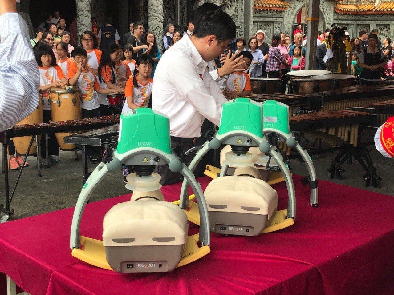 台北松山奉天宮慶祝建廟65周年,捐贈3組自動心肺復甦機。圖/北市消防局提供