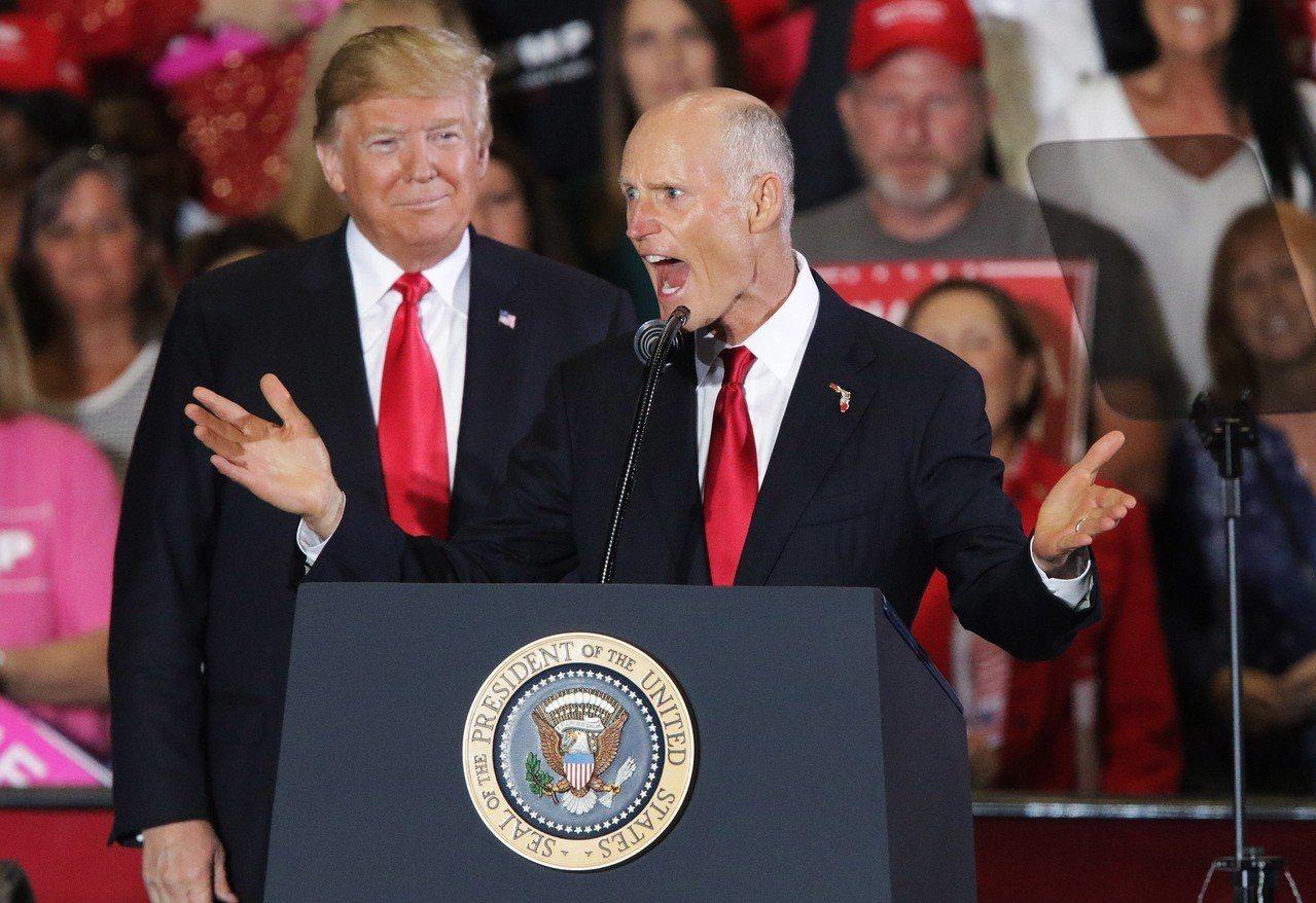 美國共和黨看好6日期中選舉的參議院改選,圖為美國總統川普(左)3日到佛州為現任佛...