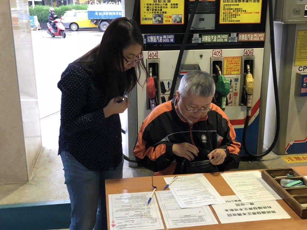 台灣中油今天表示,明天(5日)凌晨零時起,調降各式汽油價格每公升0.3元、柴油價...