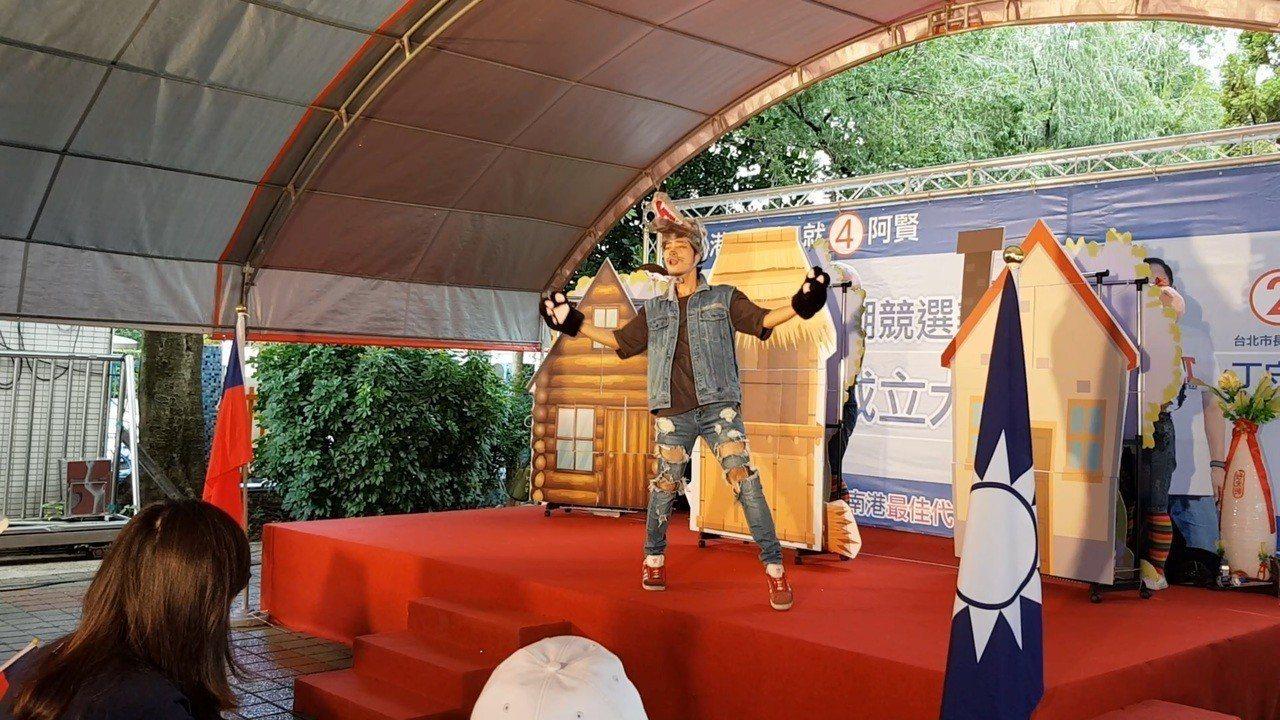 國民黨議員候選人李明賢今天在妻子陪同下於西湖國中舉辦內湖競選辦公室成立大會,還特...