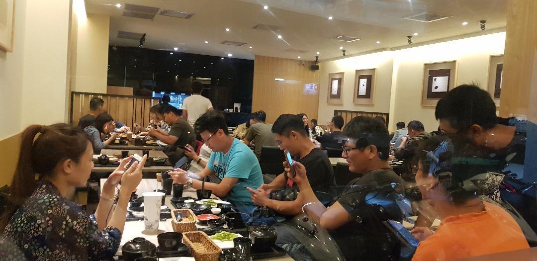 台南市這兩天餐廳裡擠滿寶可夢玩家。記者修瑞瑩/攝影